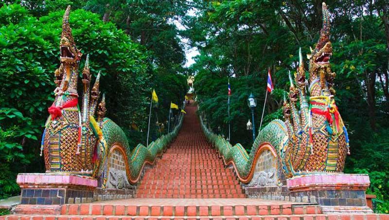 Wat Phrathat Doi Suthep là một ngôi chùa dát vàng tuyệt đẹp có nguồn gốc vô cùng bí ẩn. Nằm bên sườn núi Doi Suthep trong một công viên quốc gia.