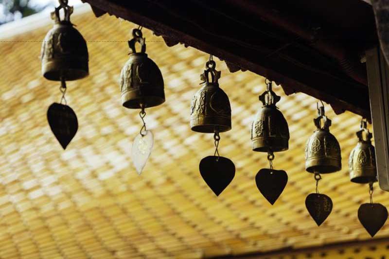 Ngôi chùa Phrathat Doi Suthep nằm ở Chiang Mai nổi tiếng bởi sự linh thiêng cùng lối kiến trúc độc đáo được nhiều người Thái Lan tin sùng.