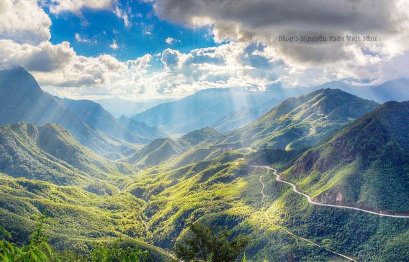 Đây là một trong số những cung đường đèo dài, hiểm trở và hùng vĩ vào bậc nhất ở miền núi phía Bắc Việt Nam.