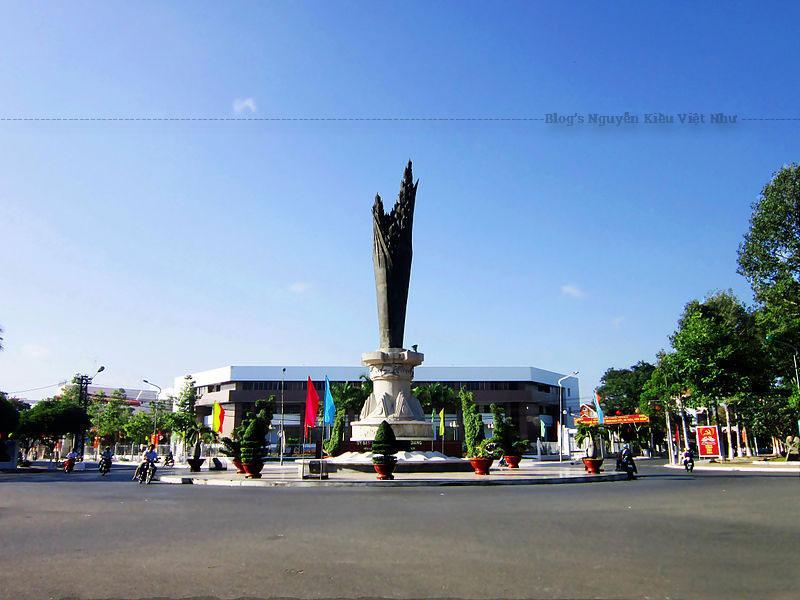 UBND tỉnh An Giang tổ chức lễ khởi công xây dựng tượng đài Bông lúa - biểu tượng của nền nông nghiệp tỉnh. Tượng đài được làm bằng đồng cao 15,3 m; phần bông lúa cao 9,5 m.