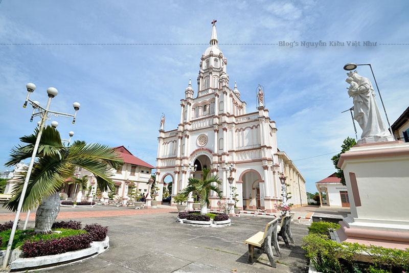 Hiện nay, Giáo xứ Cù Lao Giêng với hơn bốn ngàn giáo dân, đa số sống bằng nghề nông, do Cha Sở Louis Gonzaga Mai Hùng Dũng (gọi tắt là Louis Dũng) chăn dắt.