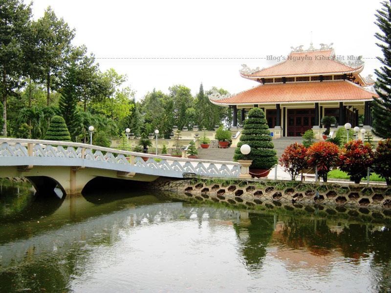 Khu đền thờ, nhà trưng bày và một số công trình khác...được khởi công xây dựng vào tháng 5 năm 1997, và hoàn thành vào tháng 8 năm 1998, trên khuôn viên 1.600 m², đối diện với ngôi nhà thời niên thiếu của Bác Tôn.