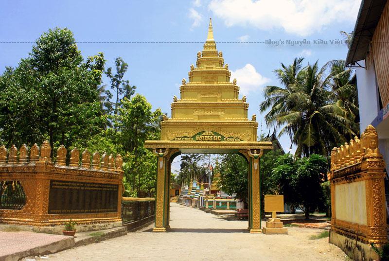 Không biết chùa được xây dựng vào năm nào, chỉ nghe các sư sãi kể chùa Xà Tón đã có trên 200 năm.