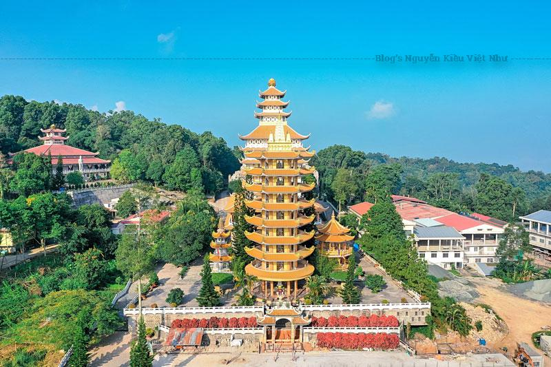 Bên phải là Tháp Hòa thượng khai sơn Thích Thiện Quang, cao 3 tầng. Tầng giữa là nơi an trí di cốt của Hòa thượng được đưa về từ chùa Huệ Nghiệm ở An Dưỡng Địa (Thành phố Hồ Chí Minh).