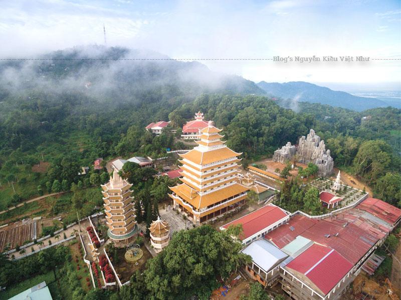 Công trình được thiết kế theo lối kiến trúc cổ truyền của chùa chiền phương Đông. Phía trước tiền đường là ba ngôi tháp uy nghi.