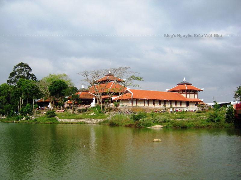 Sau khi ông Bảy Do (Cao Văn Long), người đầu tiên xây dựng và tu ở chùa, bị thực dân Pháp bắt, chùa Phật Lớn trở nên hoang vắng.