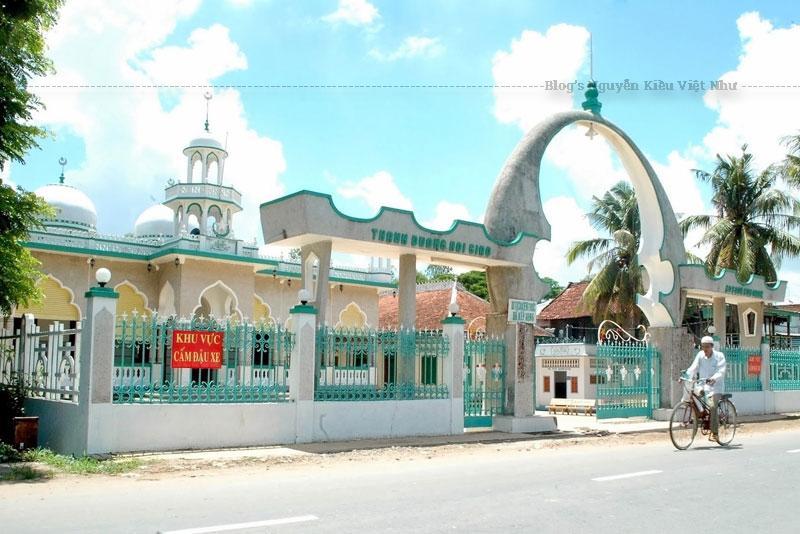 Được thiết kế bởi kiến trúc sư người Ấn Độ là Mohamet Amin, thánh đường Mubarak có kiến trúc An Giang mang nét đặc thù của đạo Hồi.