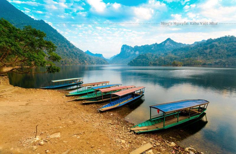 Ba Bể là một hồ nước ngọt ở Bắc Kạn, Việt Nam. Nó là một trong một trăm hồ nước ngọt lớn nhất thế giới và nằm trong Vườn quốc gia Ba Bể.