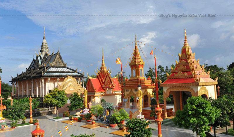 """Vốn dĩ lúc xây dựng, ngôi chùa Xiêm Cán có tên tiếng Khmer Komphisako, tức là biển sâu, ý nghĩa là sự sâu xa, sự uyên bác của trí tuệ nhà phật. Ngoài tên gọi Komphisako, chùa còn có tên theo địa danh là Komphirsakor Prét Chru. Prét có nghĩa là """"sông"""", còn Chru có nghĩa là """"sâu"""", ghép lại là """"sông sâu""""."""