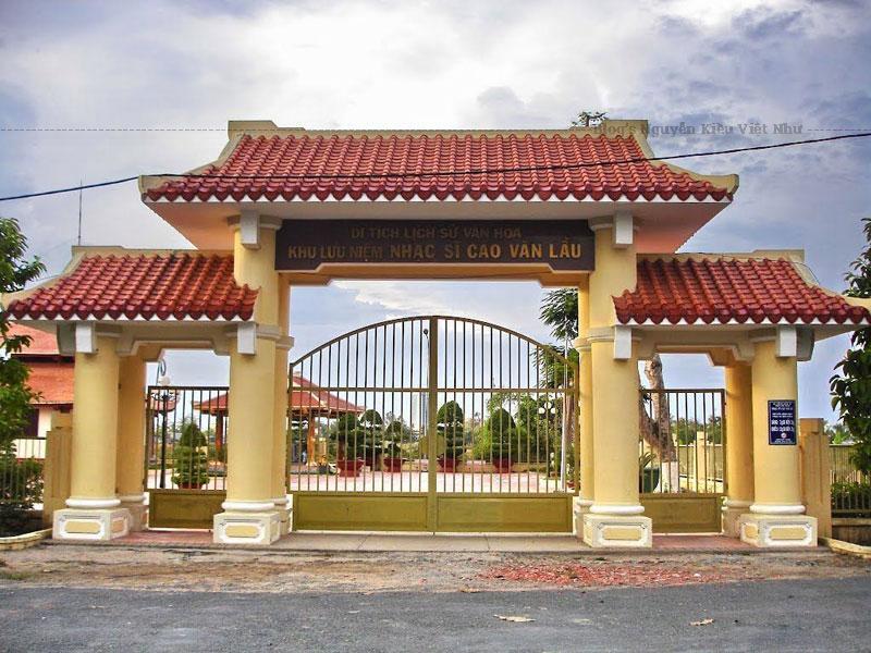 Khi vừa đi qua cổng chính, du khách sẽ bắt gặp tượng đài ống tre hiện ra sừng sững nằm ngay chính giữa khu lưu niệm, phía sau đài phun nước.