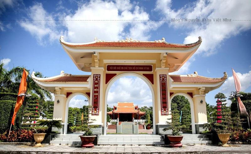 Khu tưởng niệm Chủ tịch Hồ Chí Minh tọa lạc tại khóm 1 phường 1 thành phố Cà Mau.