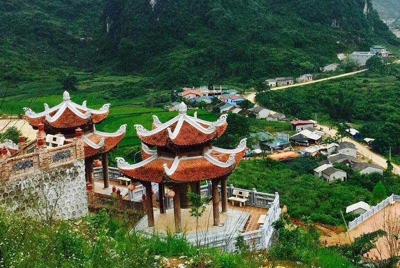 Đặc biệt, khách đi du lịch thác Bản Giốc sẽ tận mắt thấy nhà lầu chuông Đại hồng chung Thiên Bảo được làm bằng đồng, trọng lượng khoảng 1,5 tấn. Đây là một trong những điểm nhấn nổi tiếng của ngôi chùa này với các Phật tử gần xa.