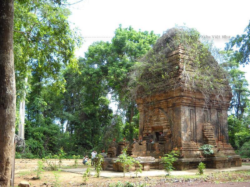 Yang Prông có nghĩa là tháp thờ Thần Lớn, vị thần chuyên cai quản mùa màng theo quan niệm của người Chăm cổ. Đây là một công trình còn dang dở, bởi lẽ khi xây dựng tháp, đồng bào Chăm không bao giờ xây một cái mà thường là một quần thể.