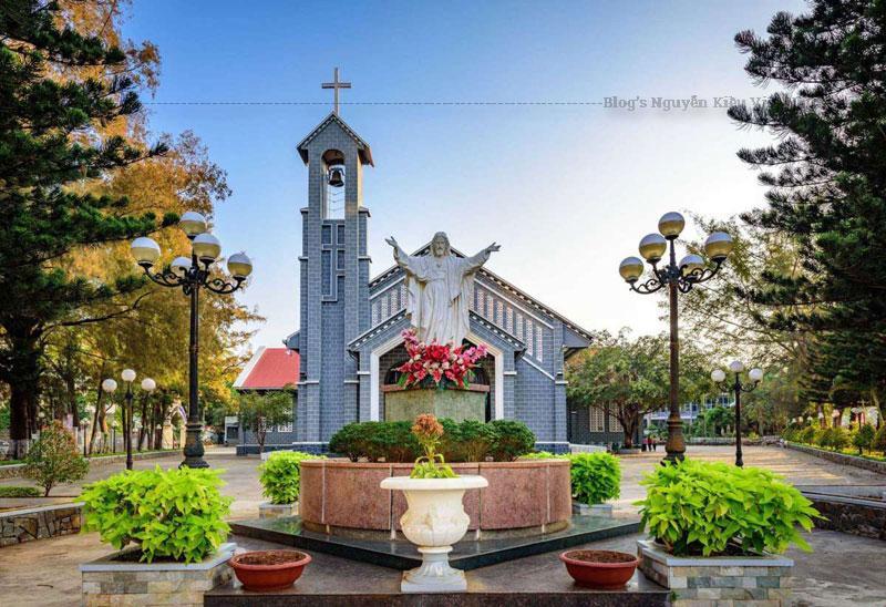 Ngày 15 tháng 08 năm 1934, tại vị trí nhà thờ hiện hữu một Nhà nguyện mái tranh vách đất đã được dựng lên. Ngôi Nhà Nguyện này về sau đã được cơi nới và lợp lại tôn vào năm 1954 khi có một số bổn mạng từ KonTum lên lập cư tại Ban Mê Thuột.