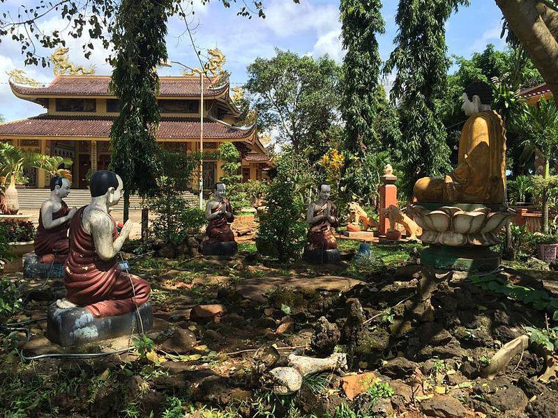 Toàn bộ ngôi chùa bao gồm cổng tam quan, bảo điện Quan Âm, chánh điện, nhà thờ tổ.