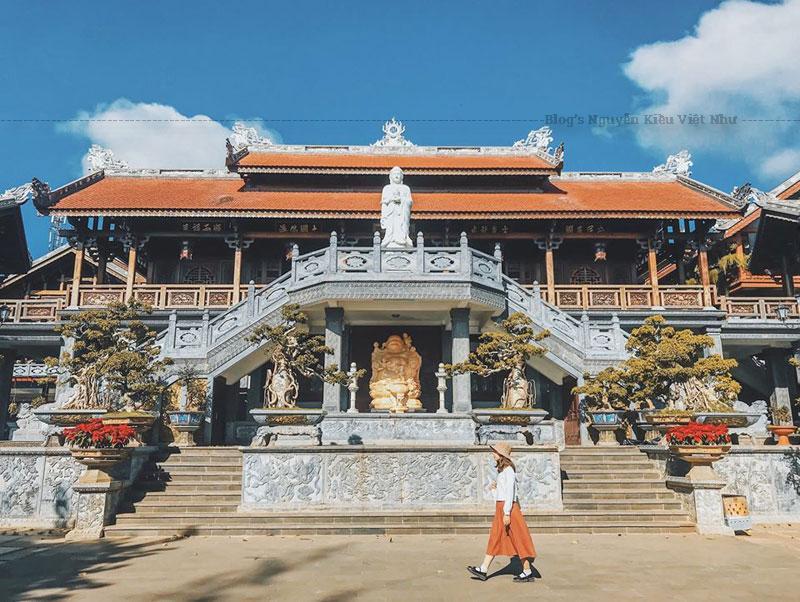 Kiến trúc của chùa sắc tứ Khải Đoan Đắk Lắk được thiết kế theo lối kiến trúc nhà rường Huế kết hợp hài hòa với phong cách nhà sàn Tây Nguyên, xen lẫn chút nét kiến trúc hiện đại.