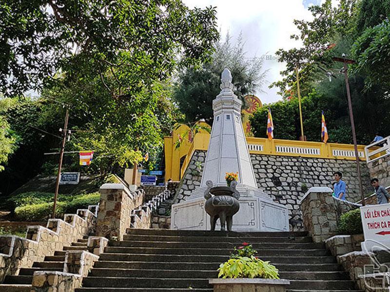 Phần bệ tượng cao 7m, có bình đồ hình bát giác, tượng trưng Bát chánh đạo. Phần tượng Phật ngồi cao 6m, gồm 3 phần riêng biệt gồm tòa sen với đường kính 4m, thân tượng và đầu tượng. Tất cả được đúc bê tông cốt thép.