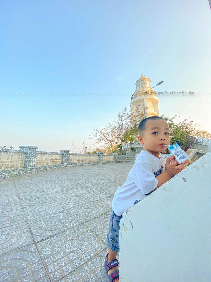 Hải đăng Vũng Tàu được xem như là biểu tượng của thành phố biển Vũng Tàu. Kiến trúc ngọn hải đăng là một tháp hình trụ cao 18 m, đường kính 3 m và được sơn màu trắng.