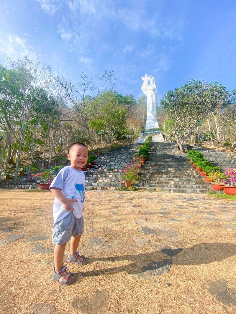 Năm 1926, trên sườn Núi Lớn có khu đất bằng khoảng 10 mẫu mang tên Vũng Mây, do ông Lê Hữu Lương, một giáo dân giáo xứ Vũng Tàu, đăng ký sở hữu với chính quyền vào ngày 9 tháng 4.
