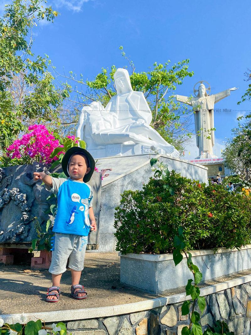 Ngày 01 tháng 12 năm 1994, Giám mục Giáo phận Xuân Lộc Phaolô Maria Nguyễn Minh Nhật đã chính thức khánh thành khu tượng đài Chúa Kitô Vua trên đỉnh núi Tao Phùng.