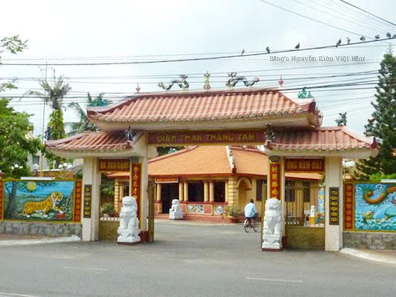 Bên trong nhà Tiền Hiền gồm 4 ban thờ để thờ thổ công, Tiền Hiền, Hậu Hiền và Tiền Vãng Hậu Vãng.