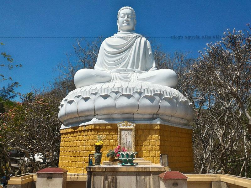 Vẻ đẹp của Thích Ca Phật Đài chính là sự kết hợp giữa kiến trúc tôn giáo và phong cảnh thiên nhiên.