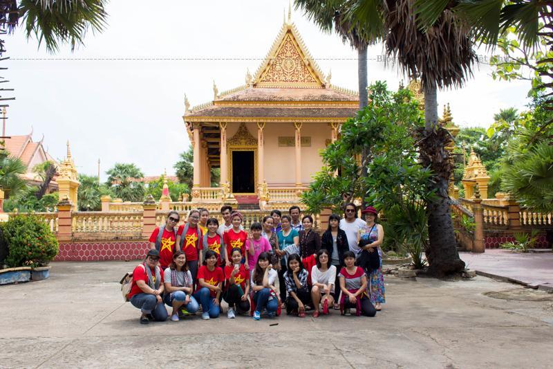 Cổng chùa quay mặt về hướng Đông, được trang trí hoa văn cầu kỳ với màu sắc rực rỡ mang đậm phong cách văn hóa Khmer.
