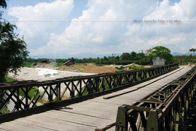 """Cây cầu Mường Thanh – quân Pháp còn gọi là """"Prenley"""", bắc qua con sông Nậm Rốm. Ngày nay, chỉ cách ngã ba đường 279 chỉ khoảng 300m mà thôi."""