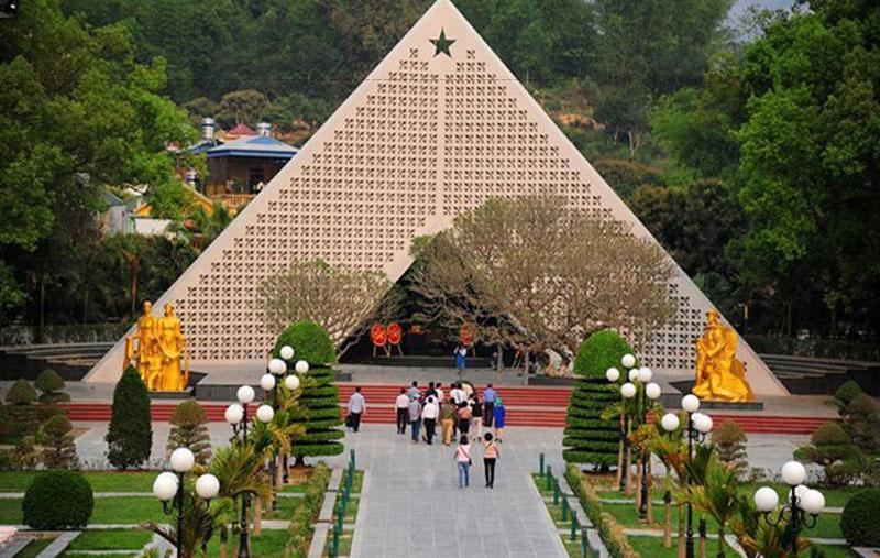 Mỗi ngày, nghĩa trang mở cửa từ sáng tới chiều tối để đón hàng nghìn lượt khách trong nước cũng như bạn bè quốc tế viếng thăm.