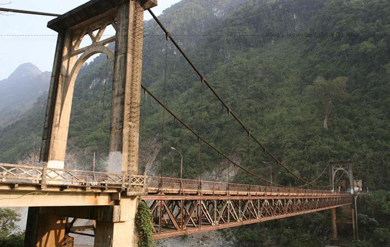 Khi đứng trên cầu Hang Tôm du khách sẽ được chiêm ngưỡng khung cảnh núi rừng bát ngát ở phía trước và dòng sông Đà chảy miệt mài ở phía dưới. Cùng hòa mình với không khí thiên nhiên trong lành nơi đây thư giãn và không quên tạo dáng chụp hình.