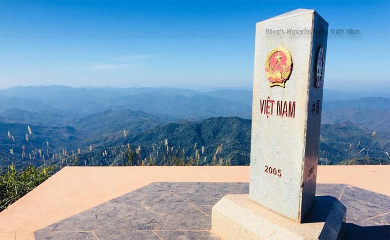 Cột mốc ngã ba biên giới đặt trên đỉnh núi có hình tam giác, có ba mặt quay về ba hướng, mỗi mặt có khắc tên nước bằng quốc ngữ riêng và quốc huy ba quốc gia Việt Nam, Lào và Trung Quốc.