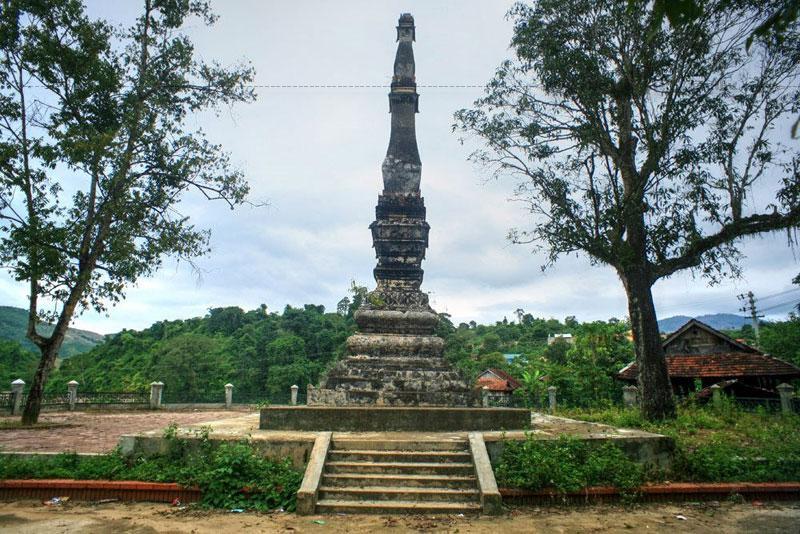 Tháp Chiềng Sơ được dựng bên cạnh một ngôi chùa, hiện nay ngôi chùa đã trở thành phế tích.