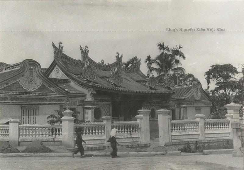 Mỗi đầu ngọn sóng là một cung điện thu nhỏ, bao gồm có 6 cung điện. Trên những bức tường của chùa là những hình ảnh trong Tây du ký, Tam Quốc Diễn Nghĩa,… Phía cổng vào là hai con Kì Lân bằng đá xanh rất lớn. Phía trên là tấm hoành phi sơn son thếp vàng lộng lẫy.