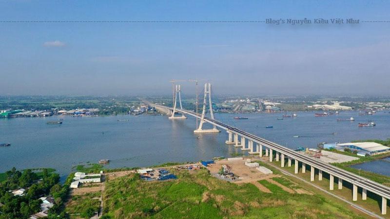 Cầu Vàm Cống dài tổng cộng 2,97 km, phần bắc qua sông dài 870 m trong đó nhịp chính gồm 73 đốt dầm bằng thép có tổng chiều dài 450 m, dài nhất trong số các cầu có nhịp thép ở miền Nam.