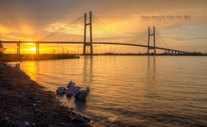Cầu Cao Lãnh cách bến phà Cao Lãnh khoảng 0,8 km về phía hạ lưu sông Tiền và cách cầu Mỹ Thuận 35 km về phía thượng lưu sông.