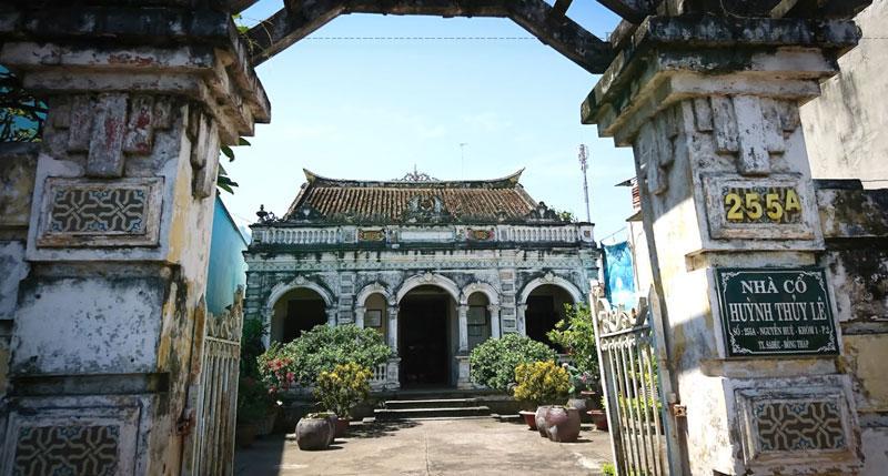 Ngôi nhà cổ do ông Huỳnh Cẩm Thuận, một thương gia người Hoa (Phúc Kiến, Trung Quốc) nổi tiếng giàu có một thời ở Sa Đéc, xây dựng vào năm 1895 giữa khu thị tứ mua bán náo nhiệt nằm ven sông Sa Đéc.