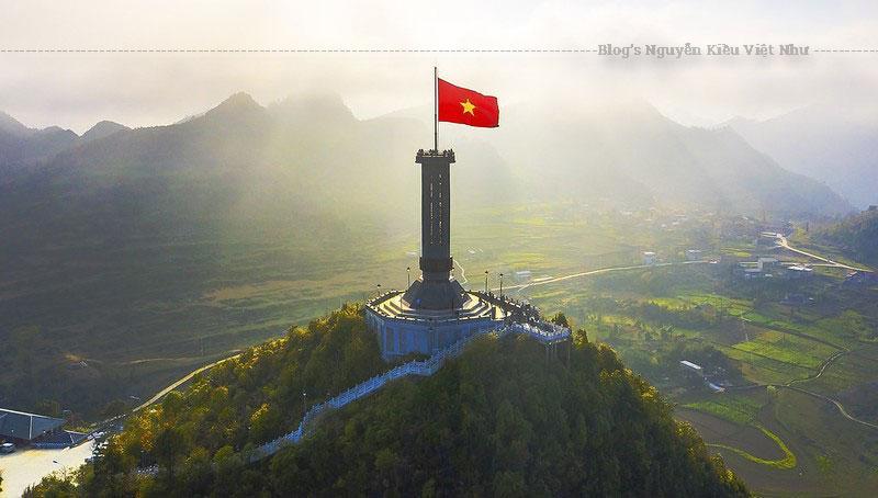 Cột cờ Lũng Cú có lịch sử lâu đời, trải qua nhiều lần phục dựng, tôn tạo. Cột cờ mới hình bát giác có độ cao trên 30m được khánh thành ngày 25 tháng 9 năm 2010.