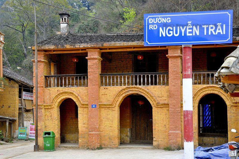Thị trấn Đồng Văn nằm lọt thỏm giữa thung lũng với bốn bề núi đá bao bọc xung quanh.