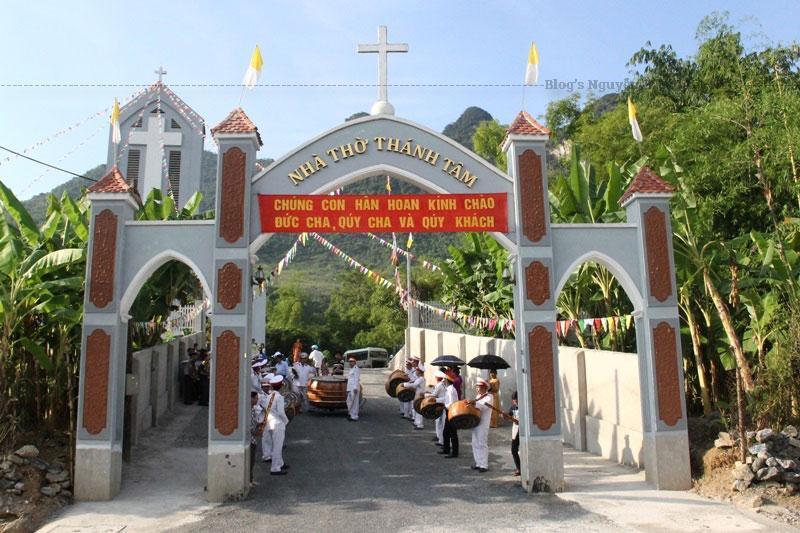 Năm 1998 Đức Cha Giuse Maria Nguyễn Quang Tuyến, Giám Mục Giáo Phận Bắc Ninh đã đến thăm nhà thờ Bạch Xa, huyện Hàm Yên, Tỉnh Tuyên Quang. Và Ngài được biết Hà Giang còn rất nhiều giáo dân đang trông ngóng các cha lên xây dựng họ giáo.