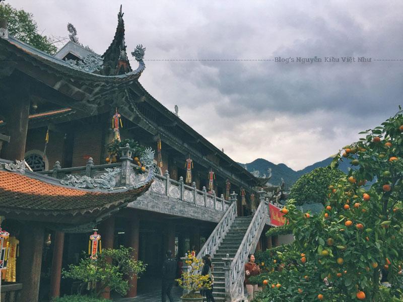 Cổng Tam Quan của ngôi chùa được xây lệch sang bên trái, bởi ở giữa đó và bên phải bị án ngữ bởi những công trình nhà dân sinh cấp 4 ngay trên mặt phố Phùng Hưng phía trước ngôi Chùa.
