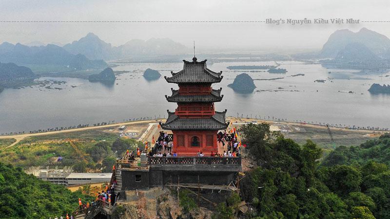 """Sau khi xuống bến thuyền, bạn sẽ nhìn thấy cánh cổng Tam Quan rất lớn. Dọc 2 bên cổng là 2 con đường lớn để bạn đi bộ lên chính điện. Đây cũng là địa điểm được nhiều bạn trẻ lựa chọn để lưu về cho mình những bức hình """"sống ảo"""" triệu like."""
