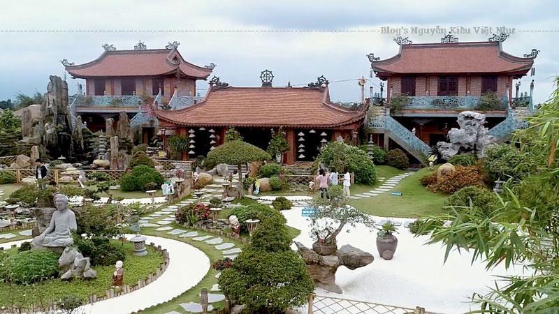Từ một ngôi chùa nhỏ bé, xuống cấp, sau khi về trụ trì chùa Phật Quang, được sự cho phép của chính quyền địa phương, Đại đức Thích Thiên Ân đã cho khởi công xây dựng các hạng mục trong chùa. Nhờ bàn tay tài hoa của mình, đích thân sư thầy đã vẽ tranh, viết thư pháp và trang trí.