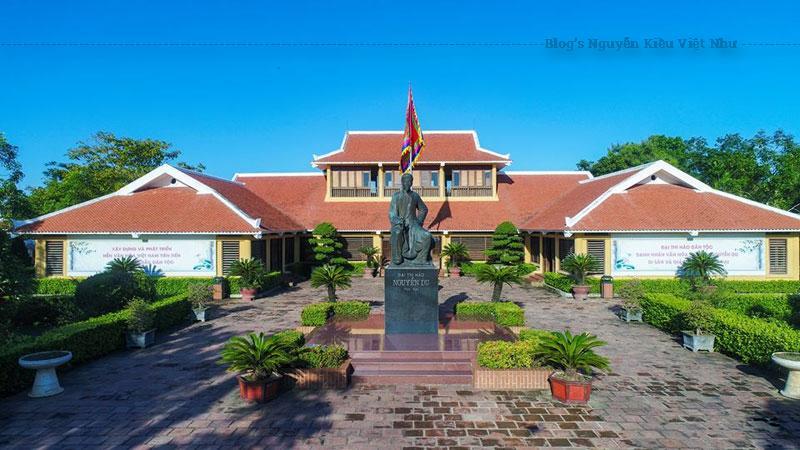 Bên cạnh nhà thờ Nguyễn Du là bảo tàng nguyễn Du - nơi trưng bày nhiều tài liệu, hiện vật gốc quý liên quan trực tiếp đến cuộc đời và sự nghiệp của đại thi hào Nguyễn Du.