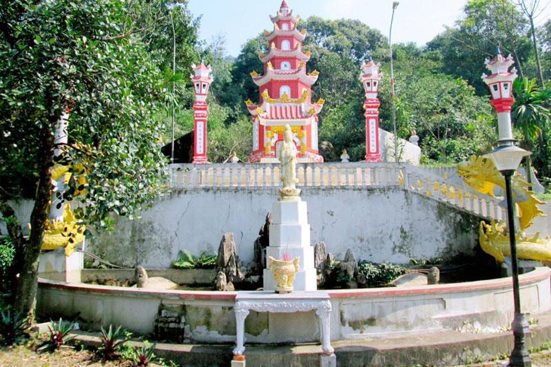 Chùa Thiên Tượng có thượng tịnh, hạ tịnh, có Lưu Đức tháp và Thạch Sơn tháp, trong chùa có chuông Đại Hồng và nhiều tượng Phật có giá trị nghệ thuật cao...