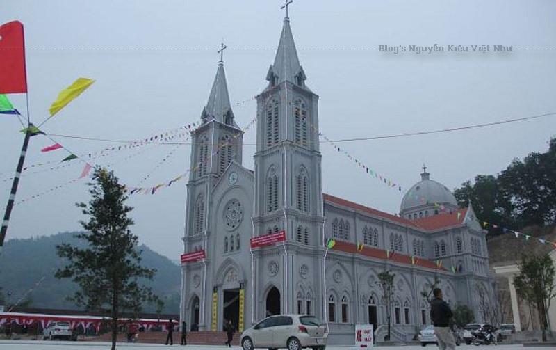 Năm 1925: Hạt giống Tin Mừng đầu tiên được gieo vào mảnh đất Hòa Bình, gồm một số giáo dân từ giáo xứ Hà Thao, huyện Phú Xuyên, Hà Nội lên lập ngư nghiệp trên Sông Đà và định cư tại đây.