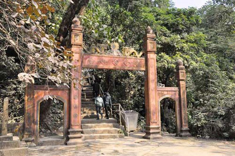 Chùa Hang còn có tên gọi Văn Quang Động, chùa tọa trên vách đá. Chùa Hang có 2 ngôi chùa kiến trúc cổ xây dựng theo kiểu chữ nhất.