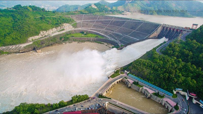 Những năm gần đây, nhà máy thủy điện Hòa Bình đang ngày càng thu hút nhiều du khách đến tham quan.