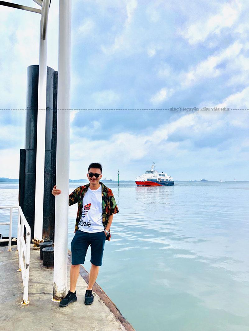 Từ Singapore có thể đi tàu cánh ngầm sang các đảo tại Indonesia.