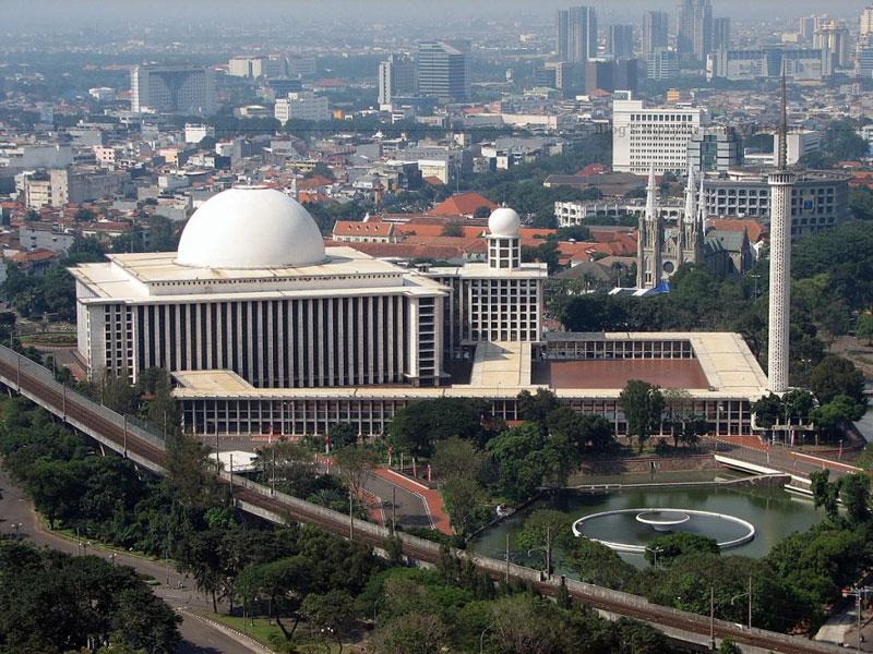 Để hoàn thành bản đồ án này, F. Silaban đã phải dành nhiều thời gian nghiên cứu các thể loại cấu trúc xây dựng Thánh đường Hồi giáo trên khắp thế giới, đồng thời cũng tìm hiểu tâm tư cùng cung cách hành lễ của người Hồi giáo tại Indonesia…