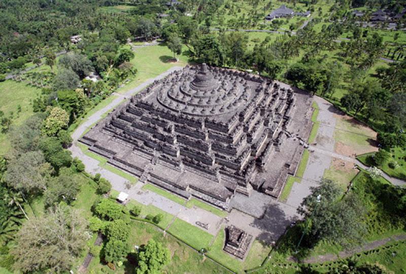 Trong mỗi tháp đều có tôn trí hình tượng Phật. Toàn bộ 1.600.000 phiến đá lớn nhỏ của Borobudur được điêu khắc, chạm trổ một cách tinh tế, sắc sảo và đẹp đẽ, tạo nên một vẻ đẹp hùng tráng cho Borobudur.